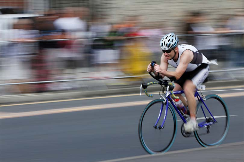 innobella-media-photography-triathlon-cyclist-bike-motion-blur-background