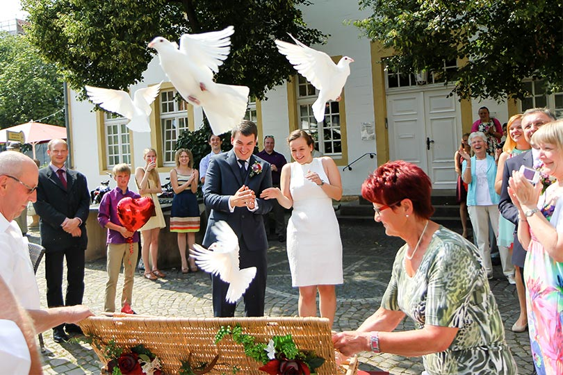 innobella-media-photography-wedding-doves-release-fly